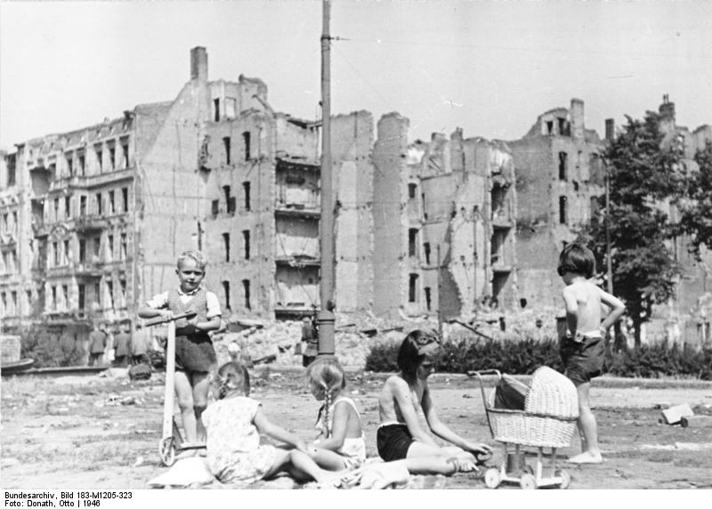 Berlin, Savignyplatz, spielende Kinder